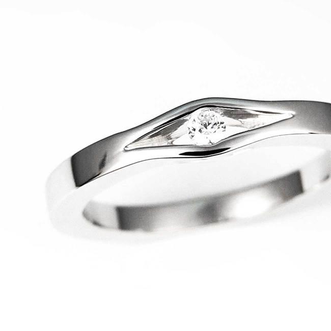 primo piano minimalista dell'oro bianco del diamante dell'anello di fidanzamento
