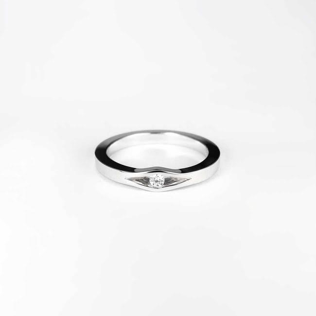 anello di fidanzamento minimale in oro bianco con diamanti