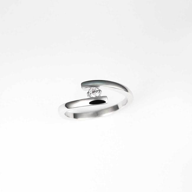 gebogen ring met diamanten steen