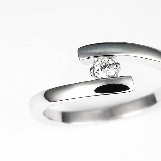 vijugast zaročni prstan s kamnom povečava