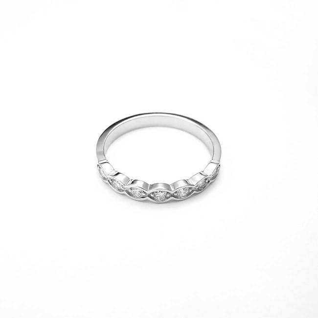 zaročni prstan diamanti belo zlato enostaven naraven vijugast
