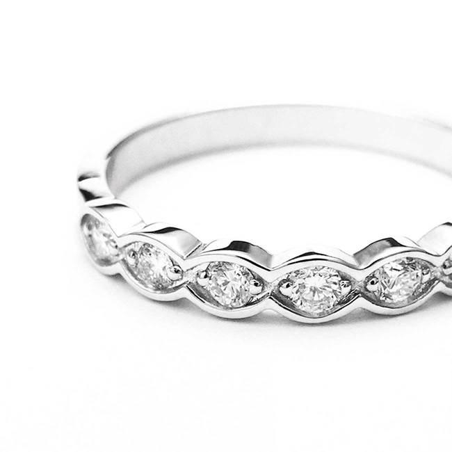 zaročni prstan diamanti belo zlato oblika lista povečava