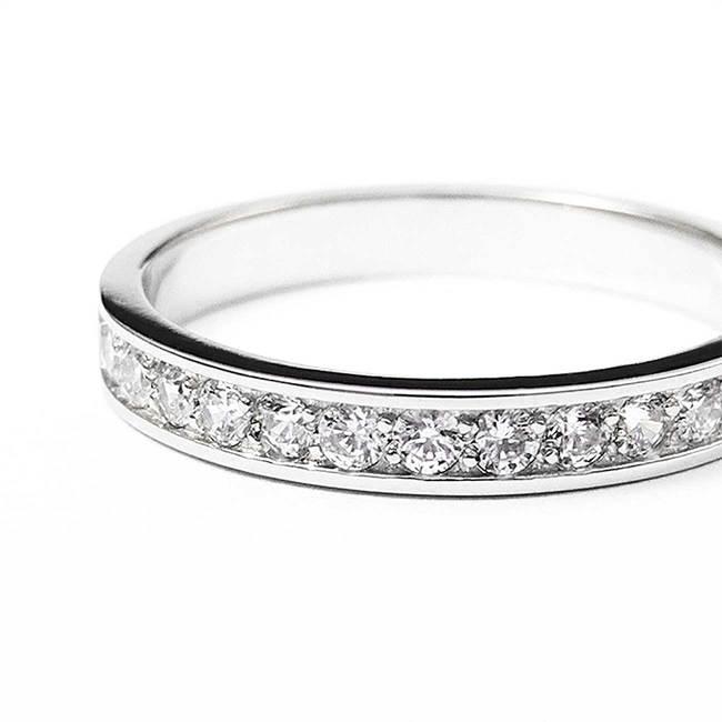 prstan diamanti ali cirkoni minimalističen z robom povečavas