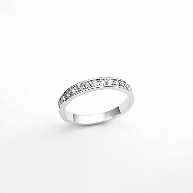 minimalist engagement ring with stones white gold and diamonds