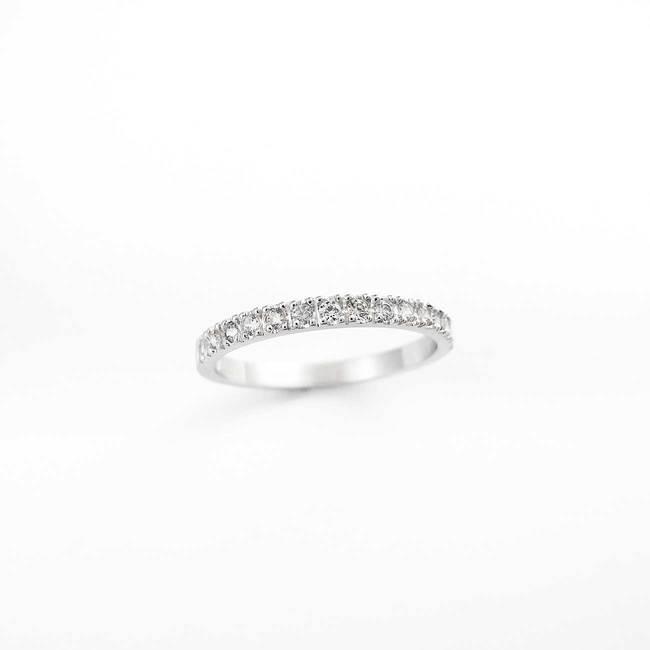 minimalistisk forlovelsesring med hvide diamanter