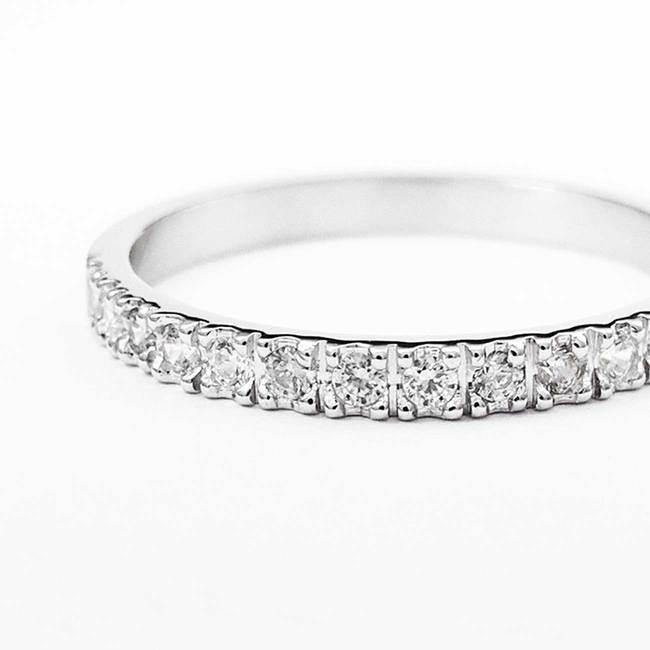 prstan belo zlato beli diamanti minimalističen povečava