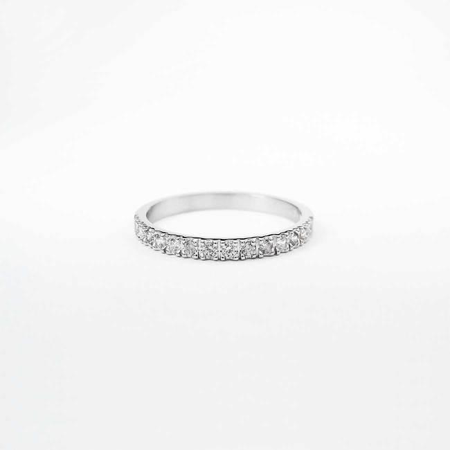 zaročni prstan belo zlato beli diamanti minimalističen