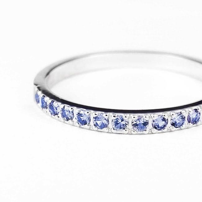 poročni prstan minimalističen svetlo modri safirji povečava