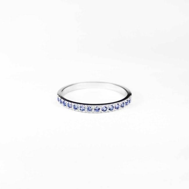 zaročni prstan minimalističen svetlo modri safirji