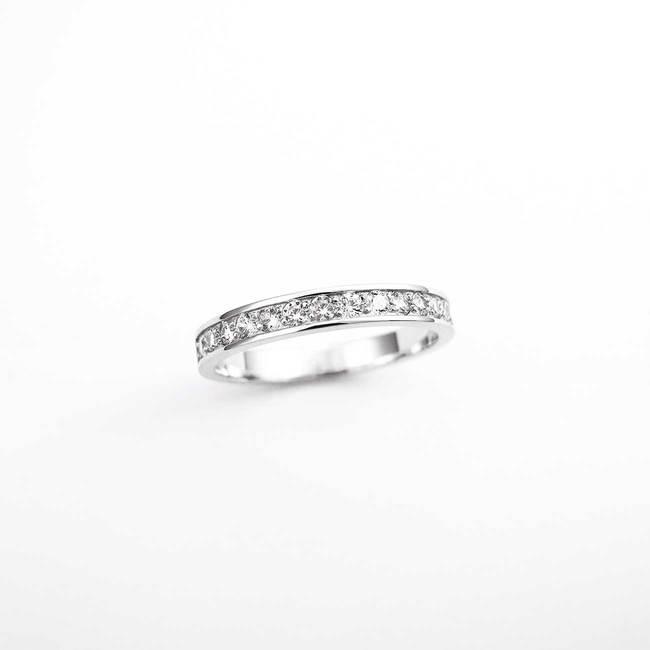 zaročni prstan belo zlato diamanti ali cirkoni minimalističen z robom