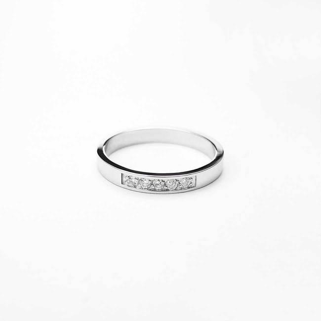 dünner minimalistischer verlobungsring mit fünf diamanten