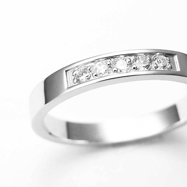 zaročni prstan belo zlato minimalističen cirkoni z robom povečava