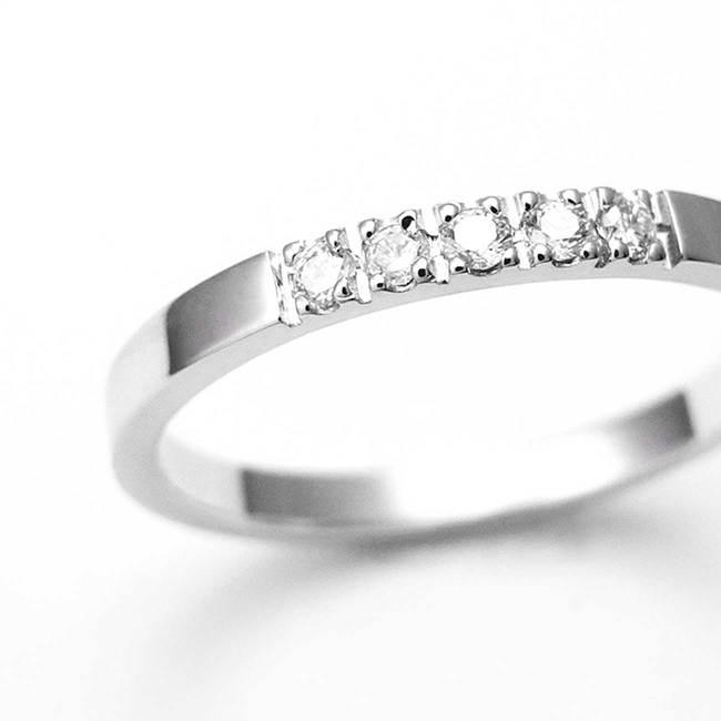 zaročni prstan belo zlato minimalističen diamanti povečava