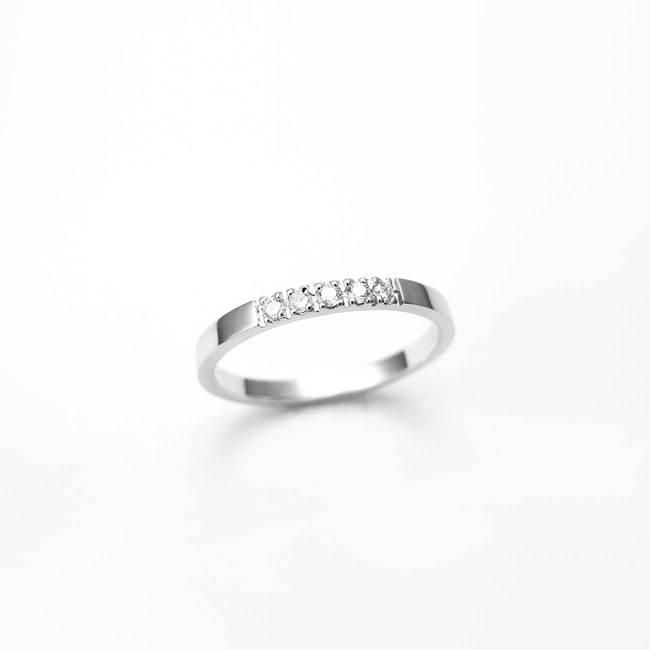 zaročni prstan belo zlato minimalističen diamanti
