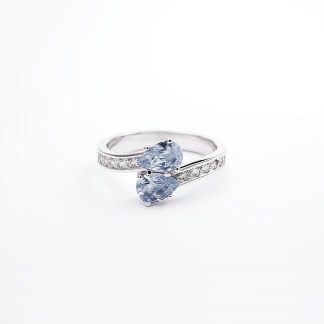 zaročni prstan belo zlato cirkoni kamni romanticno