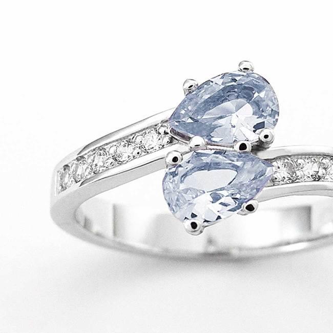 prstan belo zlato cirkoni diamanti poldragi kamni romanticno in zavito povečava