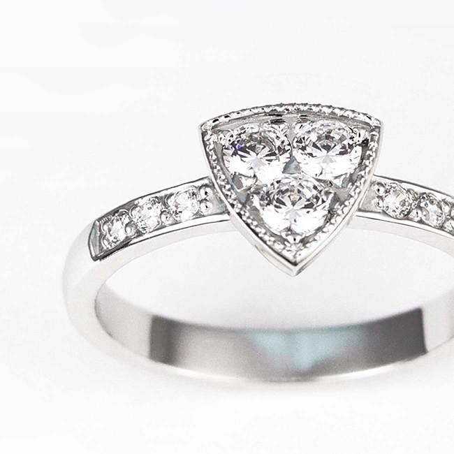 prstan trikotna oblika dizajn cirkoni diamanti povečava