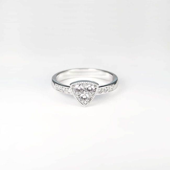 zaročni prstan trikotna oblika dizajn