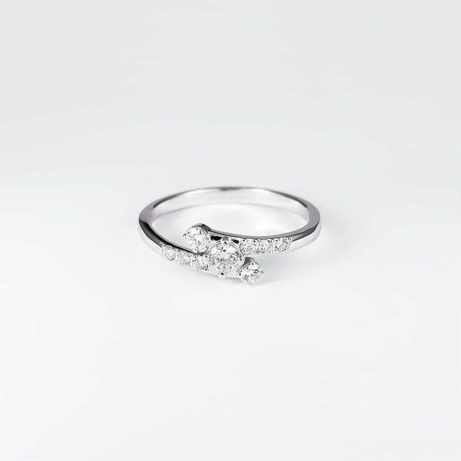 bogat zavit prstan z diamanti belo zlato