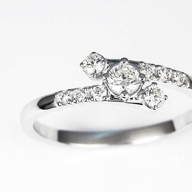bogat vijugast zaročni prstan z diamanti belo zlato povečava