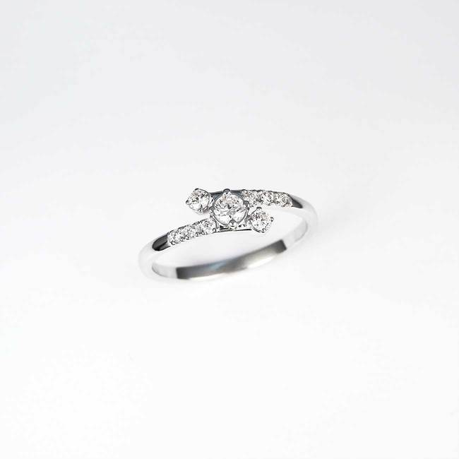 gebogen ring met diamanten