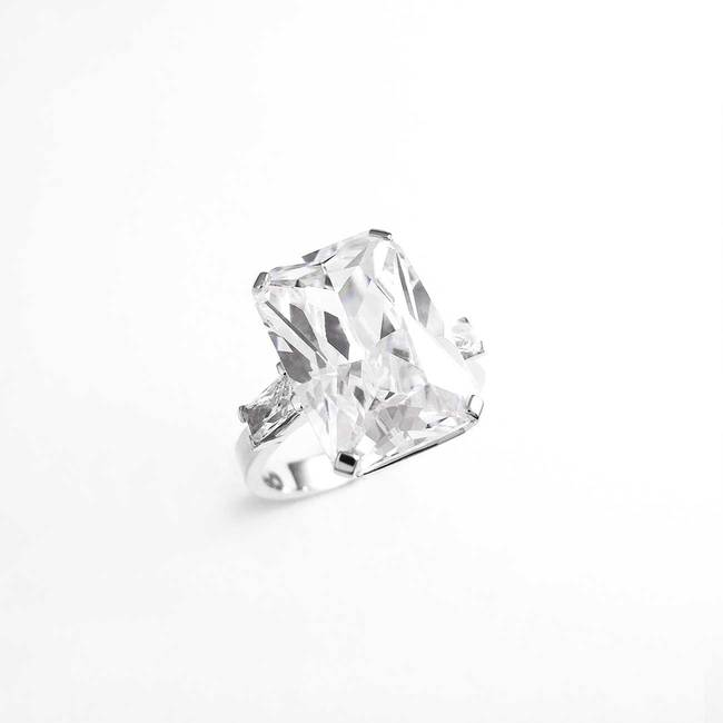 zaročni prstan velik pravokotni kamen belo zlato