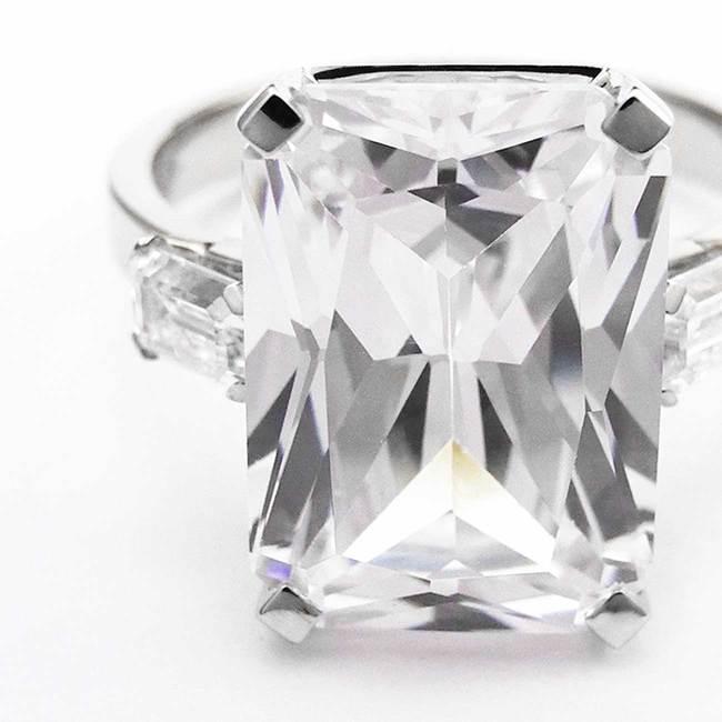 zaročni prstan velik pravokotni kamen belo zlato cirkoni povečava