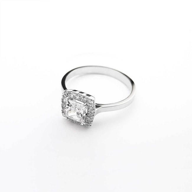 zaročni prstan kvadraten osrednji kamen zlato diamanti