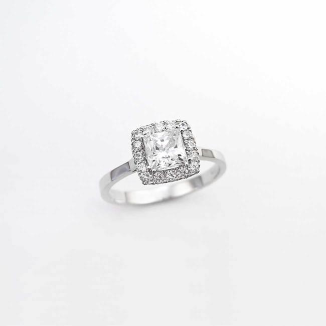 anello di fidanzamento a taglio princess aureola in pietra principale