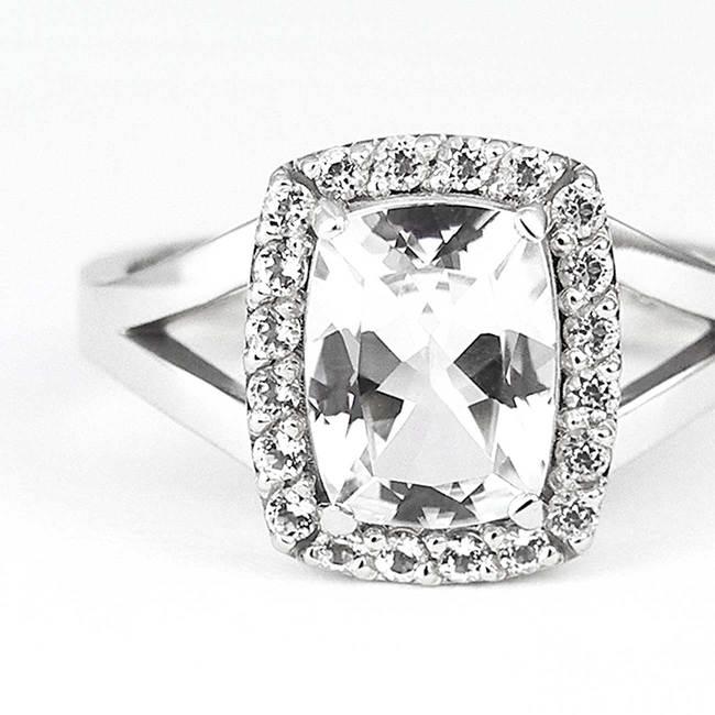 bague de fiançailles avec halo diamants topaze blanche closeup