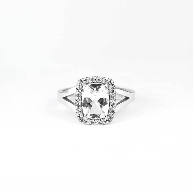 bague de fiançailles avec halo diamants de topaze blanche