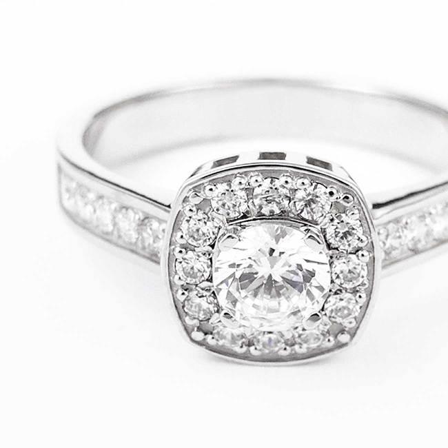 ring kudde snitt huvudsten halo diamanter vitguld närbild