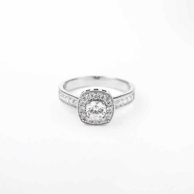 förlovningsring kudde snitt huvudsten halo diamanter vitt guld