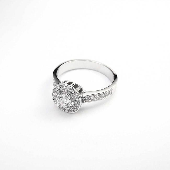 zaročni prstan belo zlato cirkoni diamanti poldragi kamni bogat