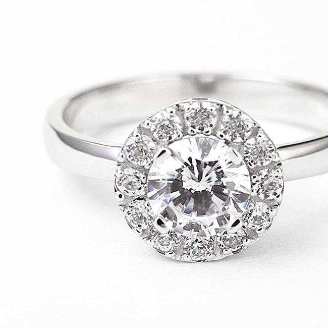 rund halo ring safir topas diamanter närbild