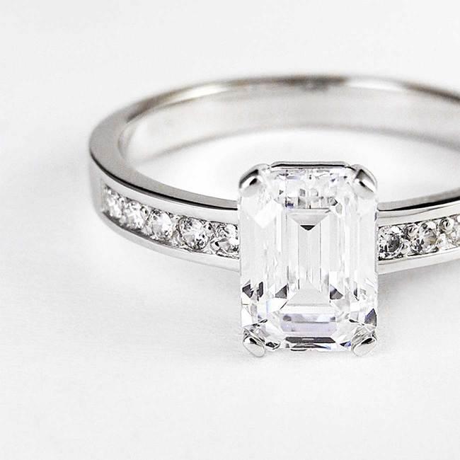 prstan osem kotni pravokotni kamen emerald diamanti povečava