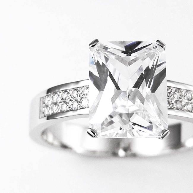 prstan osem kotni pravokotni kamen emerald diamanti mogocen povečava