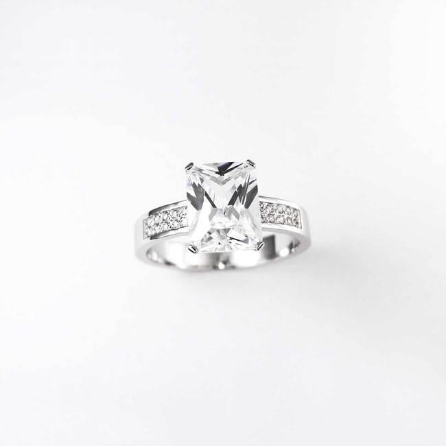 zaročni prstan osem kotni pravokotni kamen emerald diamanti mogocen