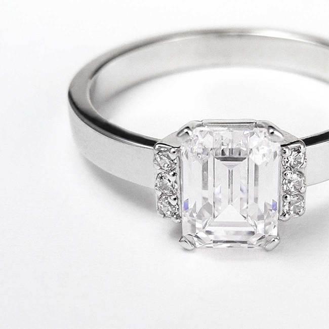 prstan emerald 5x7 stranski kamni topazi povečava