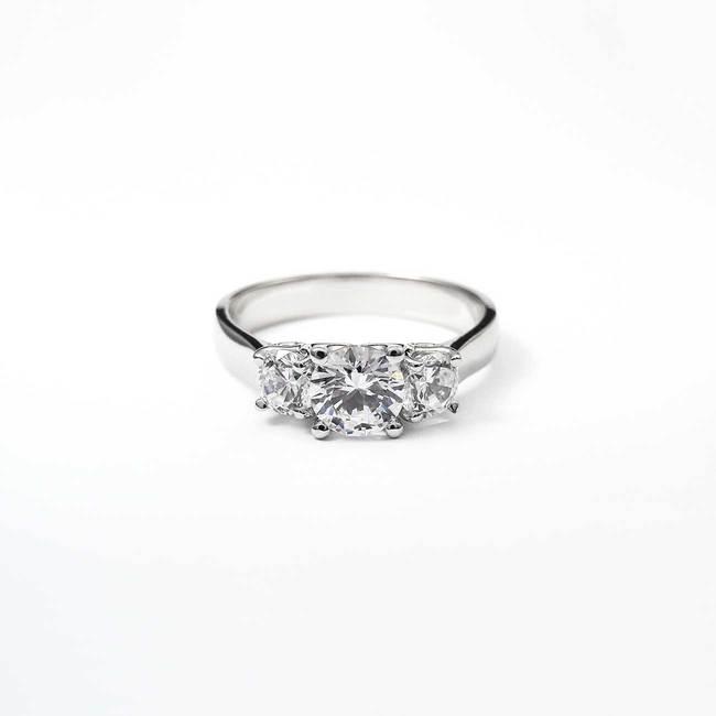 zaročni prstan s tremi kamni rumeno zlato diamanti poldragi kamni