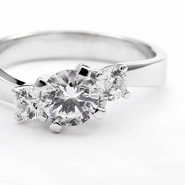 prstan trije kamni valovit belo zlato cirkoni povečava