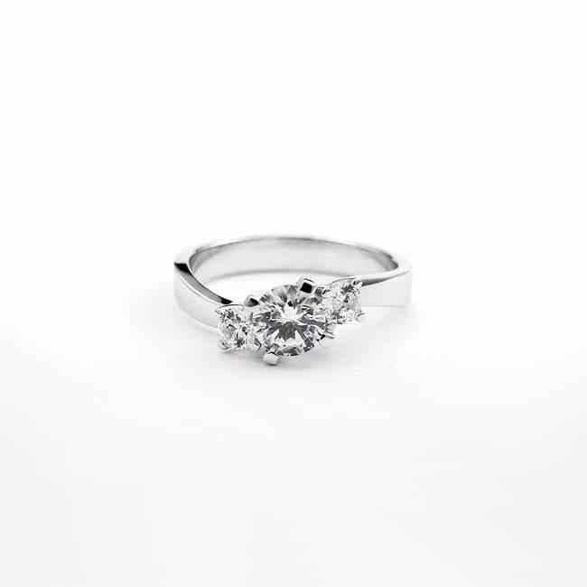 zaročni prstan trije kamni valovit belo zlato diamanti