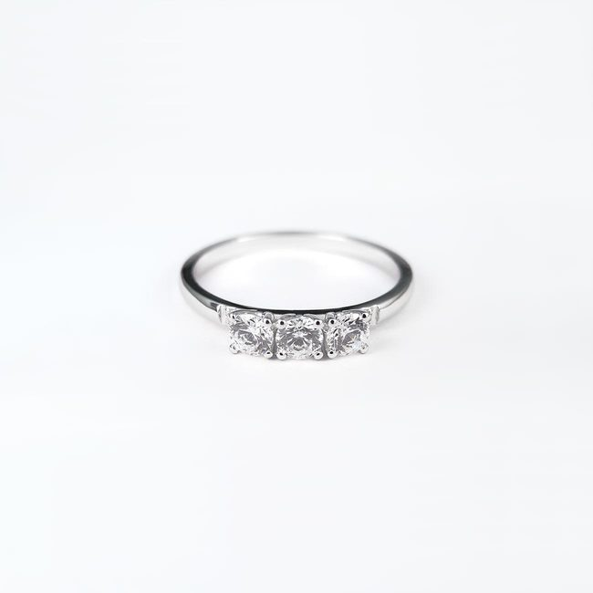 anello di fidanzamento tre più due pietre in oro bianco
