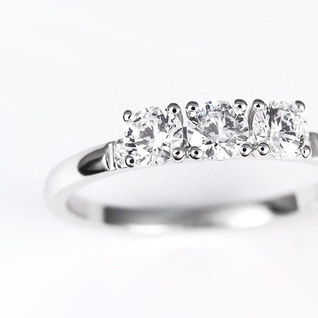 anello tre più due pietre oro bianco pietre diverse closeup