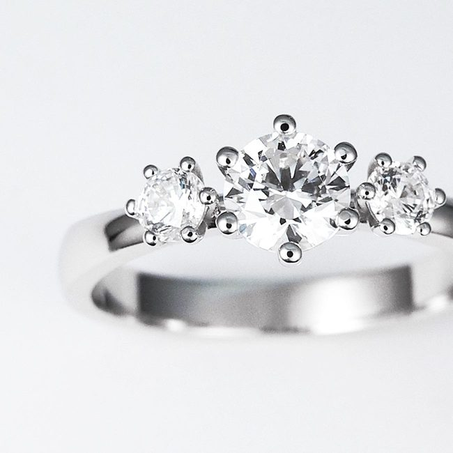prstan trije kamni bogat povečava