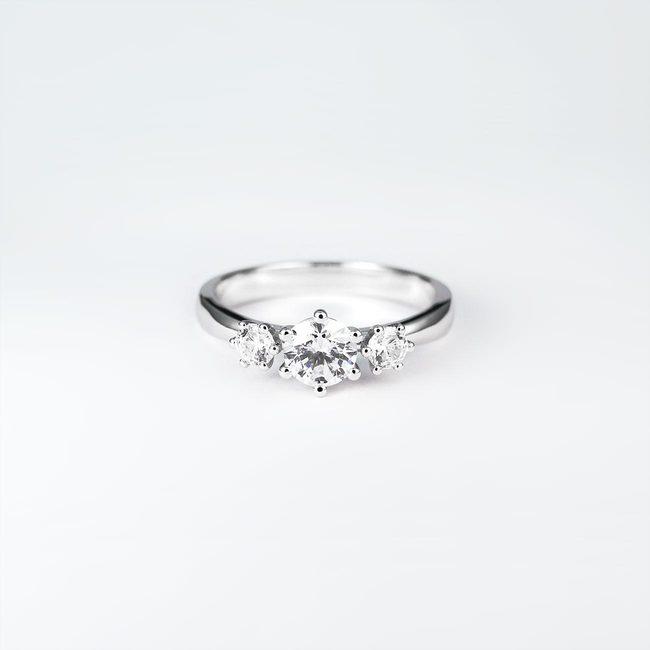 zaročni prstan trije kamni bogat minimalističen dizajn