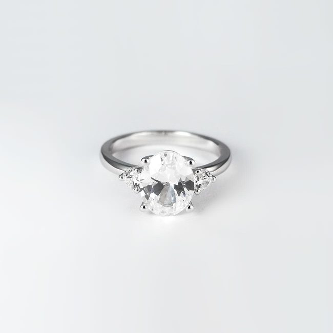 zaročni prstan z ovalnim kamnov in dvema stranskima