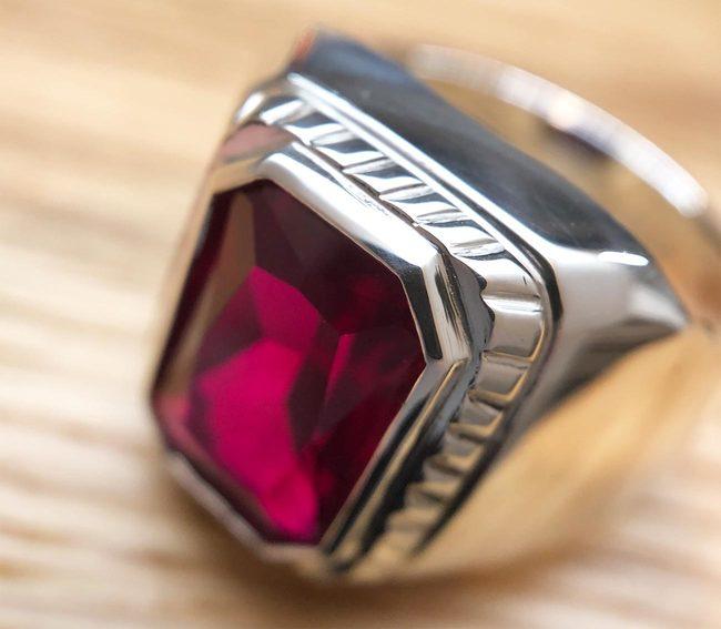 moški prstan umeten rdeč rubin