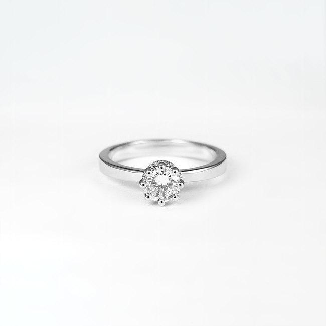 zaročni prstan diamanti ob strani