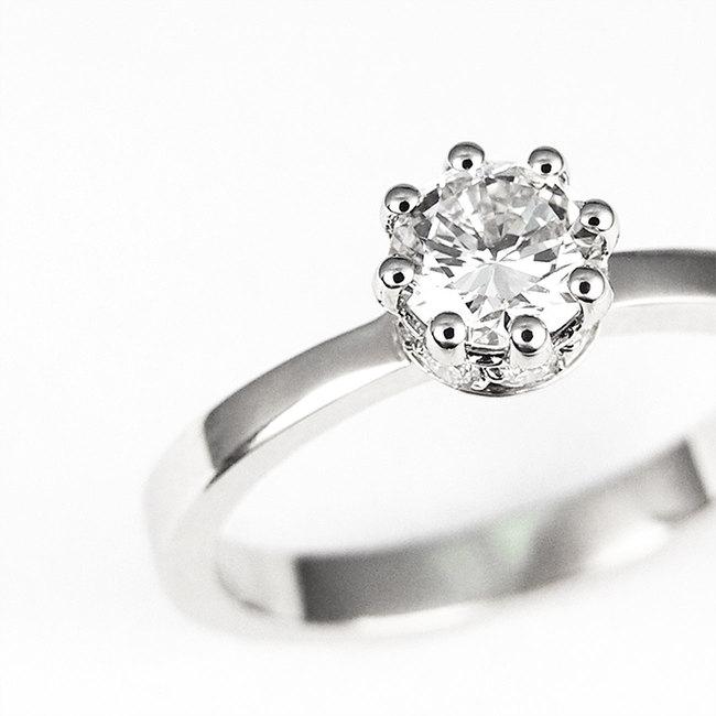 prstan kronca diamanti ob strani povečava